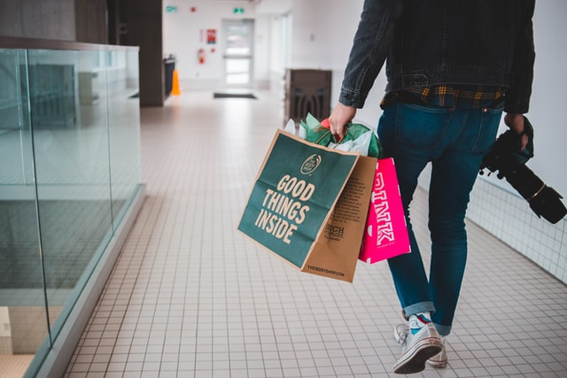 Kunde in Jeans mit Einkaufstüten