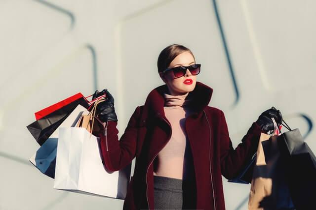 Frau beim Fashion-Shopping mit Einkaufstüten