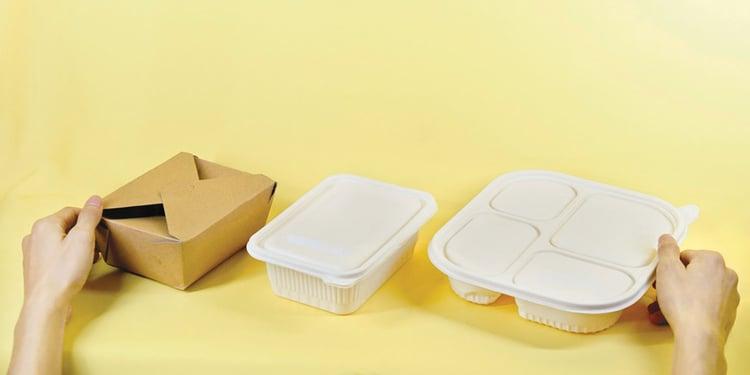 Umweltfreundliche Verpackungen auf gelbem Hintergrund