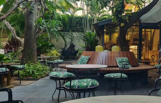 Außenmöbel aus Holz und grünem Polster draußen