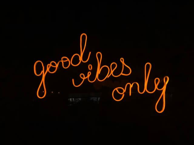 Schwarzer Hintergrund mit good-vibes-only-Schriftzug in orange