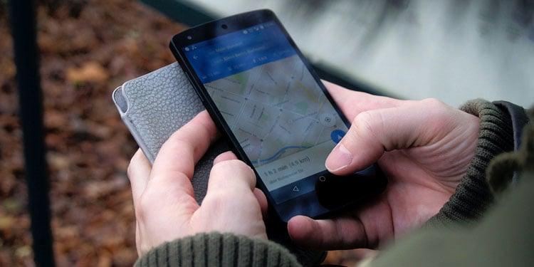 google maps App auf einem Handy draußen in den Händen