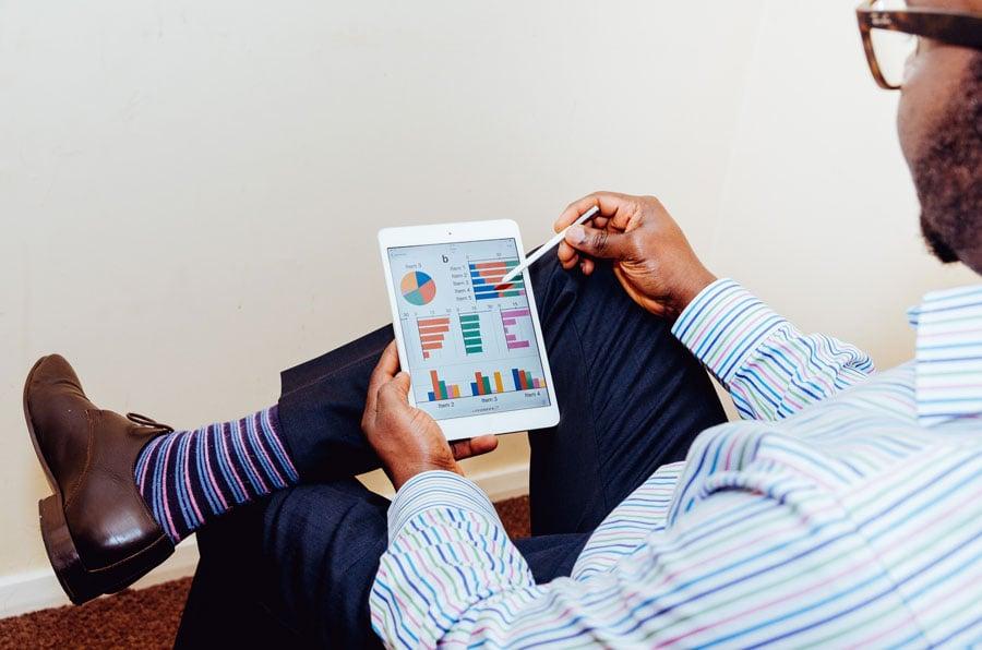 Mann analysiert Verkaufsgespräch am iPad