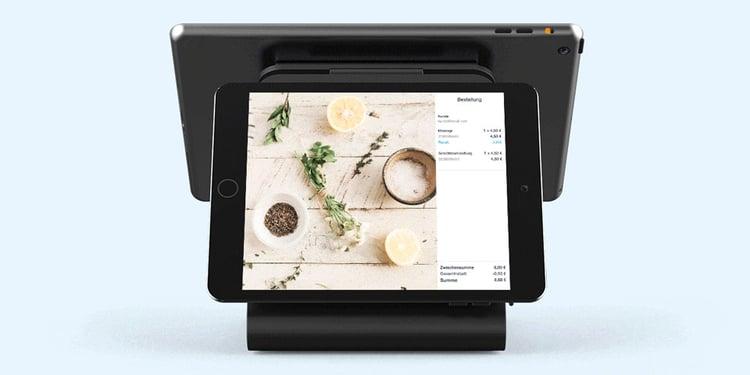 Customer facing display mit Kassensystem vor hellblauen Hintergrunds