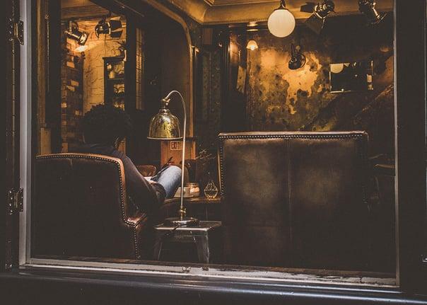 Schaufenster Mann im Sessel in gemütlichem Dampfer Shop